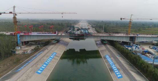 曲港高速公路华北第一高速桥合龙